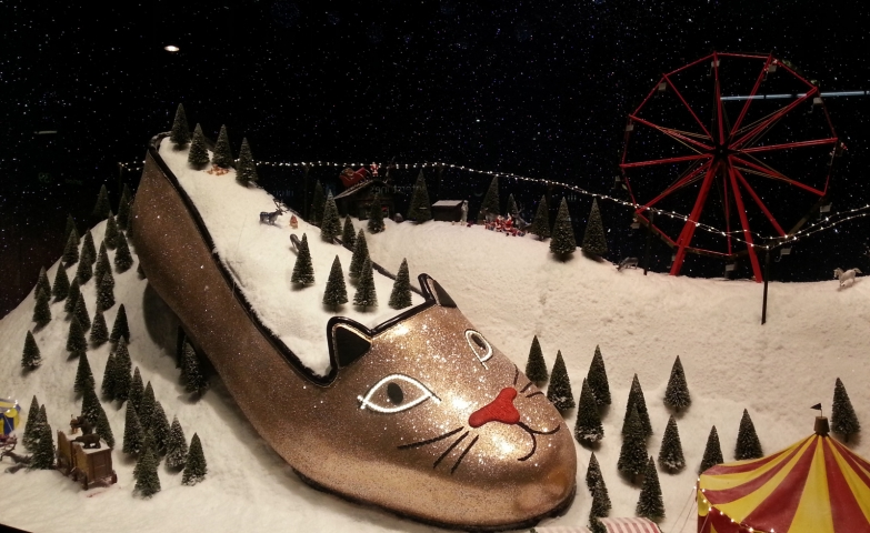 Selfridges is coming again with something innovative and unique, a winter window display as a circus scene, and a big scuff as a hill of snow.