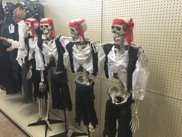 Many skeletons on this window display, and not only simple skeletons, but pirates. We can also observe in the left corner other skeletons dressed in black for Halloween.