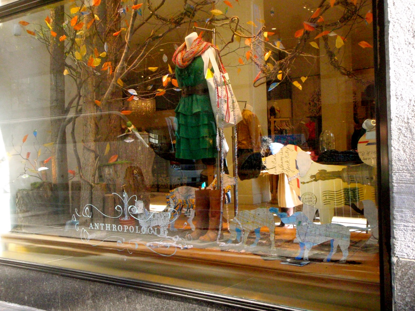 The scarf, the boots, the clothes in autumnal colors and the leaves are marking the autumn in this window display.
