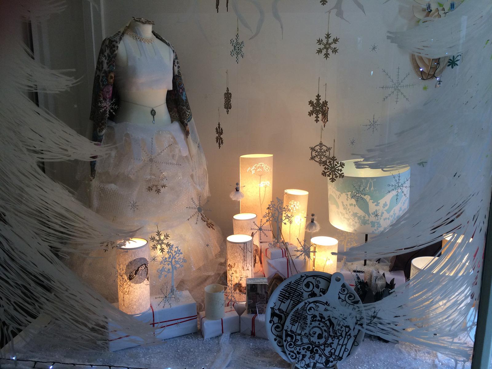 Snowflakes, white with black dishes beautifully arranged in this window display and the lamp with that dim light makes us think about the perfect winter cozy night.