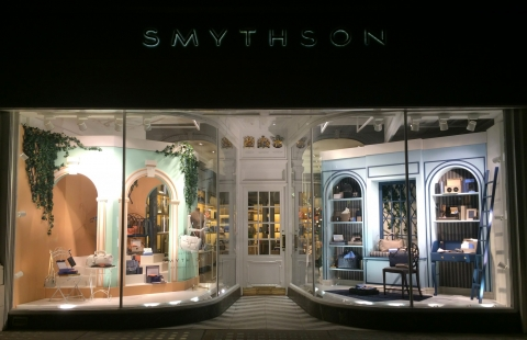 Smythson decorated their summer window display with some classy furniture inspired by the good feeling of relaxation.