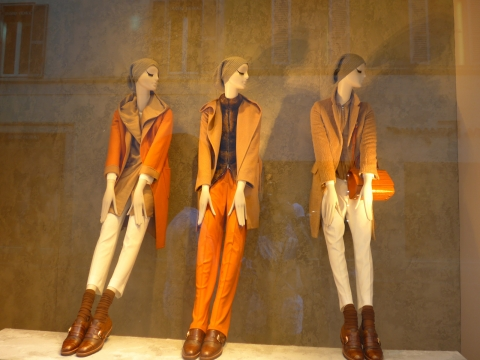 A window display that is so simple and chic, only with classic clothes in autumnal colors perfect for autumn.