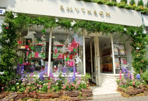 This flowers that decorate Smythson store, makes you feel in a good mood.