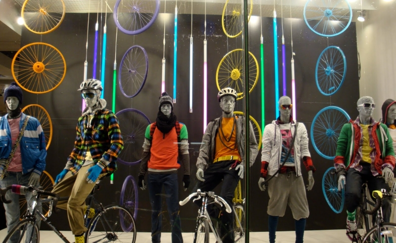In Macau, sport and stylish go together in the autumn and the window display is decorated with colorful neons and colorful wheels.