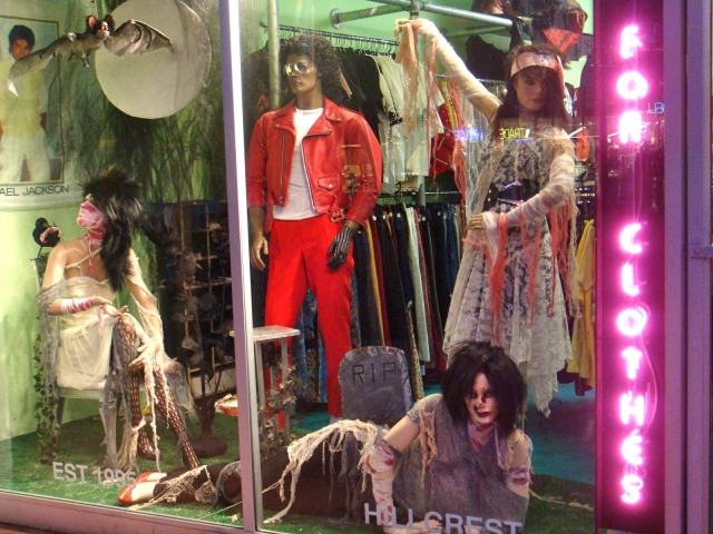It's clearly that this Halloween window display was inspired by Michael Jackson's video for thriller song.