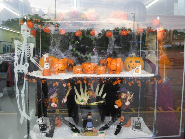 This Halloween window display has turned into something horror-cute, because of those sweet pumpkins in a shape of pigs.