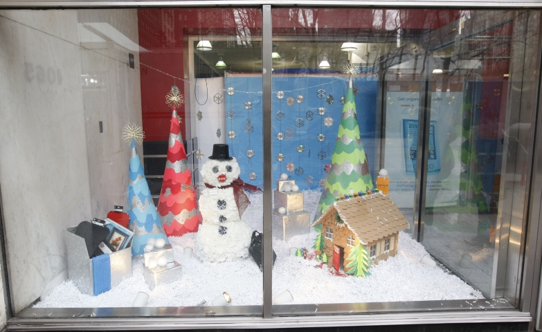 For this winter window display, was created a tiny world, a tiny home and a big snowman surrounded by fires.