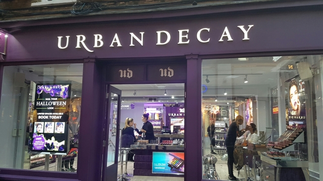 Urban Decay put on the window display a black with a purple banner in which they are announcing to book your place for the Halloween make-up.