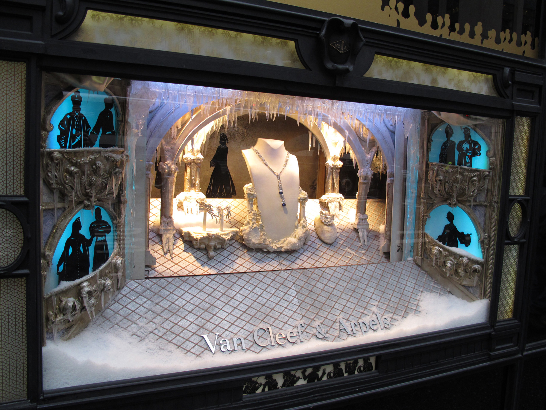 Van Cliff & Arpels has a special winter window display As we are already used, Van Cleef & Arpels iced their window display for giving a better winter style to the jewelry stand.