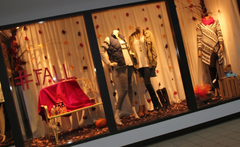 Mannequins are dressed with transition pieces, leaves are hanging and the blanket is not missing, that means the window display is ready for autumn.