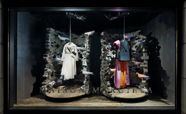 The gray wall from Maison Margiela has a powerful message as the autumn is coming in force and the window display is suited perfectly.