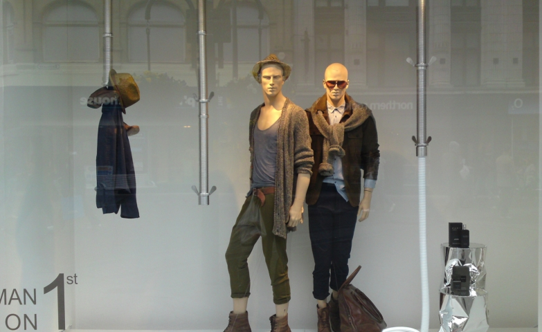 Zara used us with exclusiveness, so for the window display, they made something simple and metallic, putting cardigans on the mannequins as summer turns into autumn.