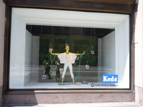 This window display is decorated in a minimalist way with pure white like the light in the summer and one blue detail: a cable.