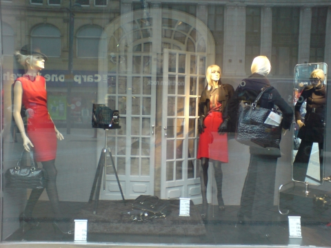 As autumn take its role, the colors of the clothes from Zara women become darker, and you can see this on the mannequins placed in this window display.