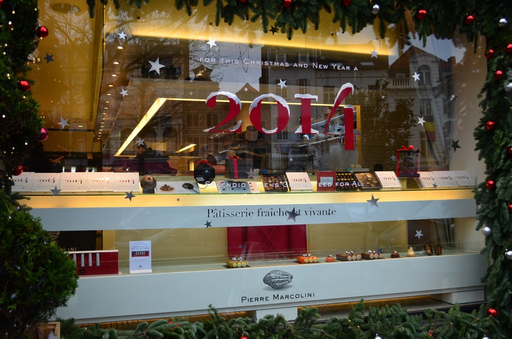 Waiting for the New Year's Eve to come, this window display is adorned with fir branches and red with silvery spheres.
