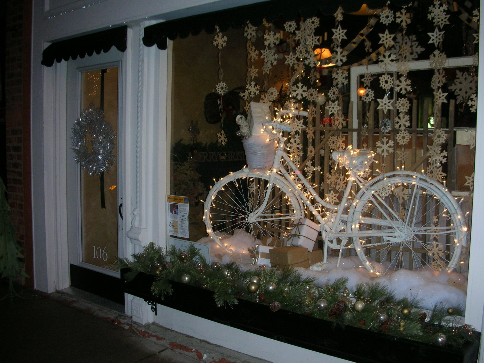 The attraction of this Christmas window display it's the adorned white bicycle and the rest of details are assorted well.