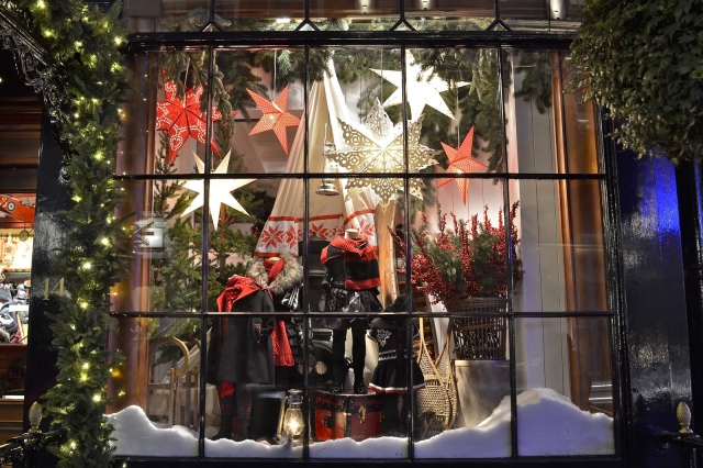 You will never be wrong if you decorate your window display in the classic  Christmas way - 100+ Christmas Window Displays, Ideas & Designs Zen Merchandiser