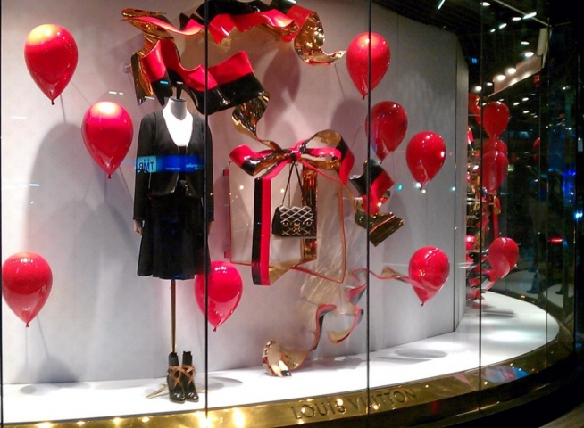 Another Louis Vuitton window display, but this time with balloons and bows in red and golden colors for Valentine's day.