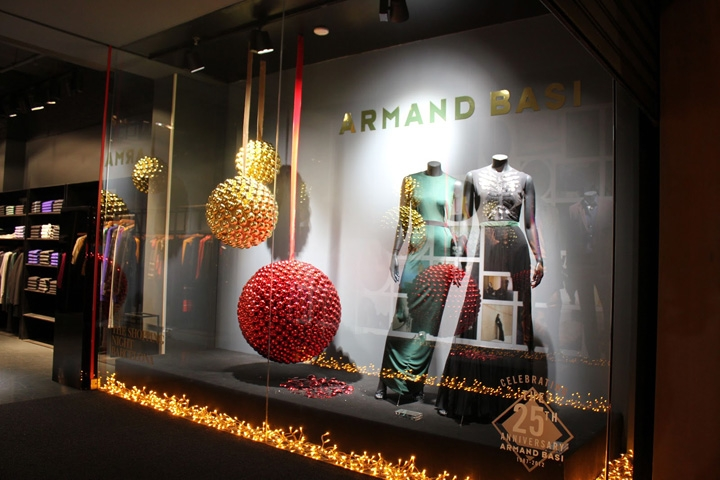 Armand Basi designed the window display with balls resulted from other little red and golden balls, putted together, with festive dresses and lights.