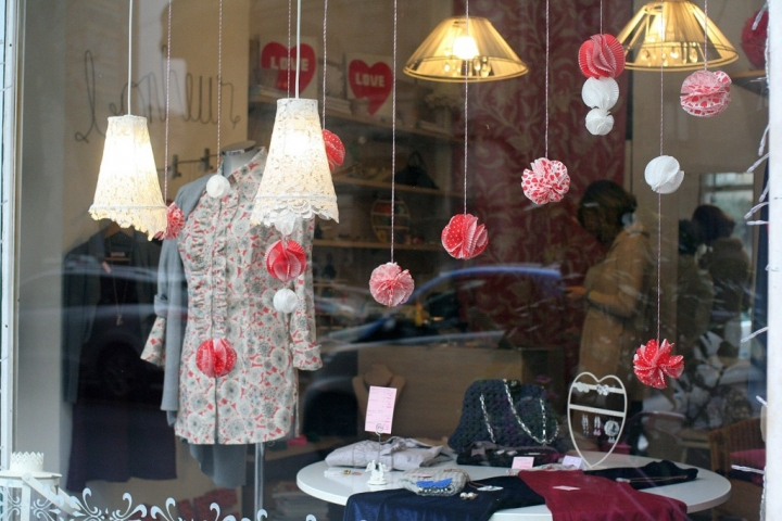 Red and white baubles, with different lengths, are a good idea to decorate Valentine's Day window display.