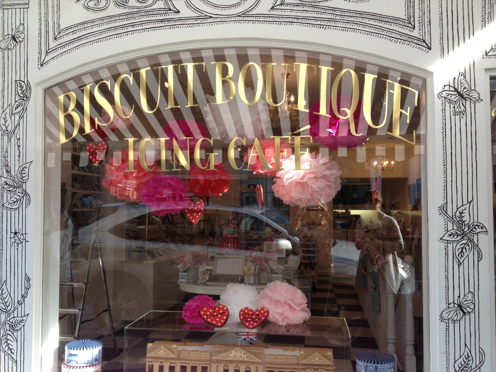 At Biscuit Boutique we found a clean and lovely window display, prepared for Valentine's day with big flowers and two cute hearts.