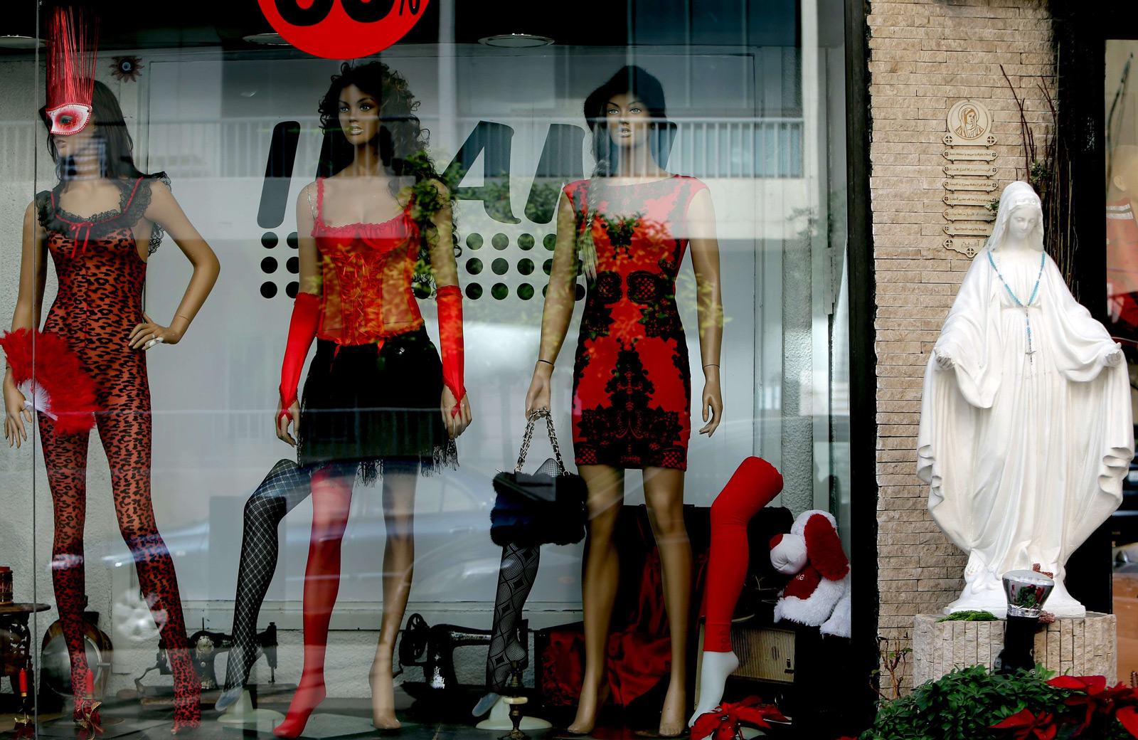 In this window display, we can see some erotic costumes or even street clothes to wear on Valentine's day.