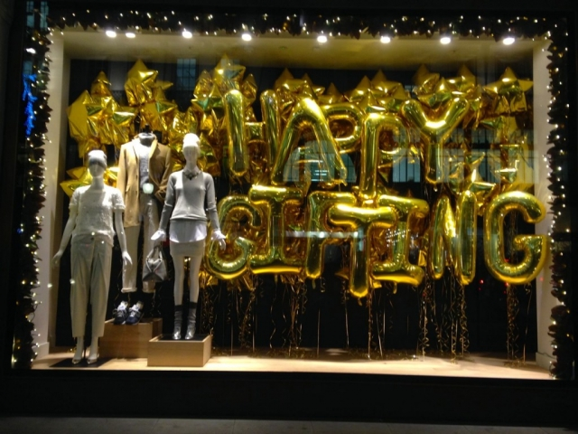 This store used golden balloons letters shape, and the message is: Happy Gifting. This could be good for Christmas but also is good for New Year's Eve window display.