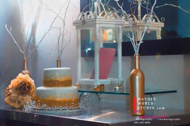 If you want to celebrate the wedding and the New Year's Eve at the same time, take the example of decoration from this window display. The cake is white with a tint of golden glitter, the rest of details are simple and with effect.