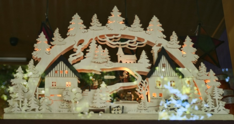 A New Year's Eve window display from Handorf with a beautiful carving in wood, illuminated.