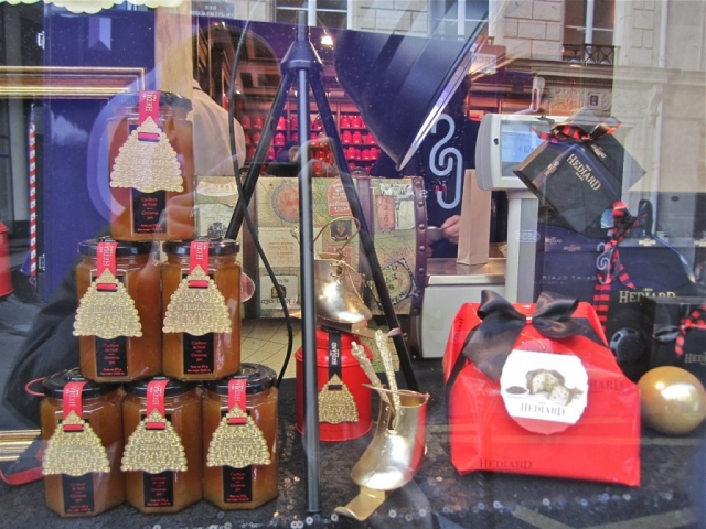 Have some jars with jam and a gift with cute packaging from this window display, for the New Year's Eve.