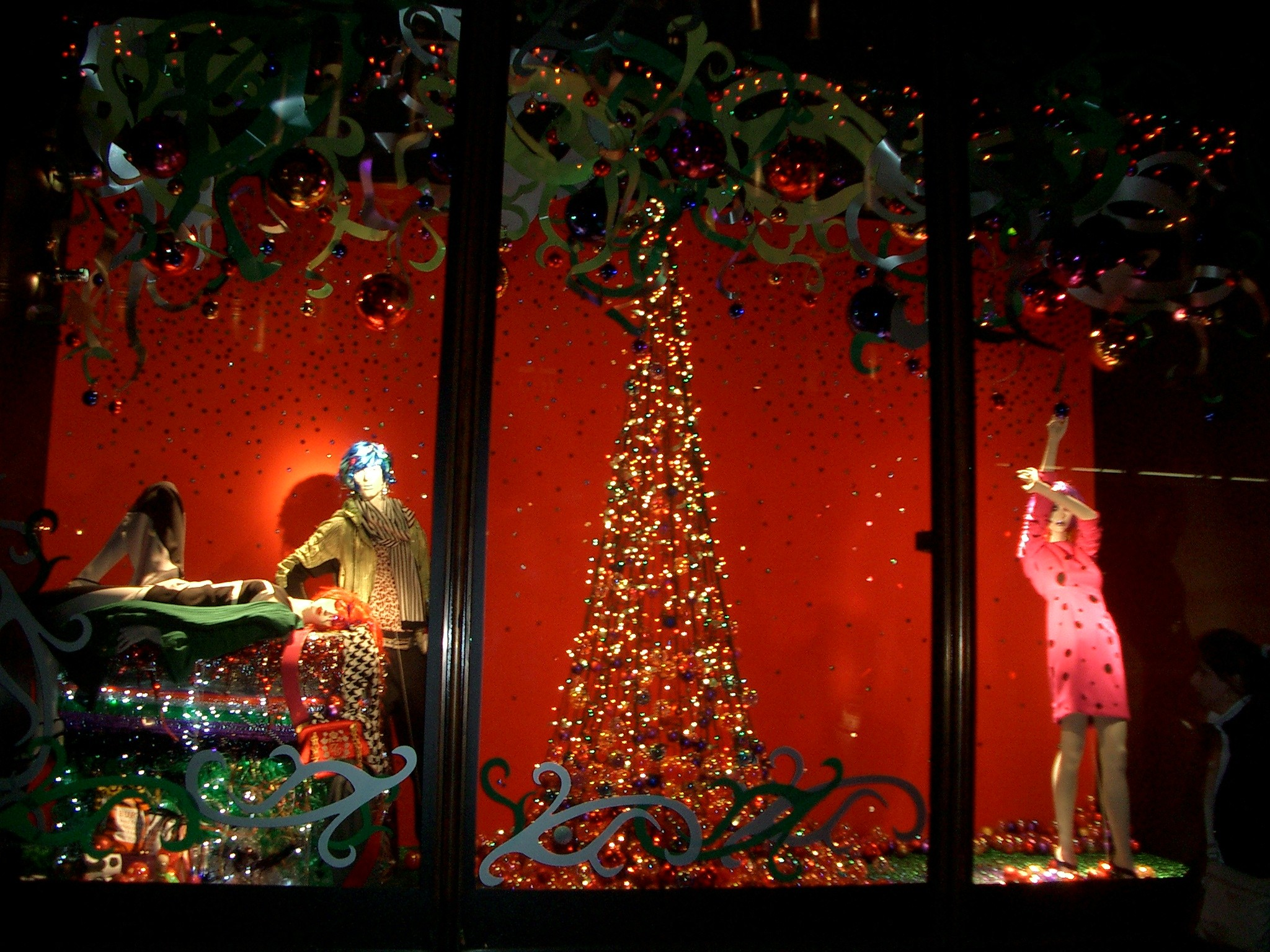 Harvey Nichols has a crush on glitter and wreath, as we can observe in their window display, but this time it's a red canvas and it's a perfect match with Christmas.
