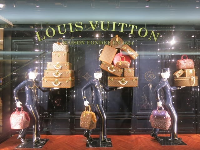 We don't know if this Louis Vuitton window display is for the New Year's Eve, but it could be as it is important to let your luggage at the door on that special night.