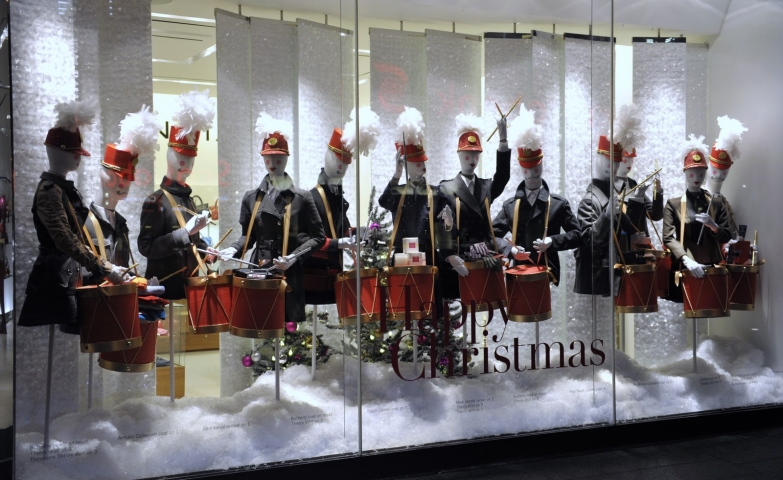 Holt Renfrew wanted to celebrate the Christmas, decorating the window display with a fanfare, on a white background.