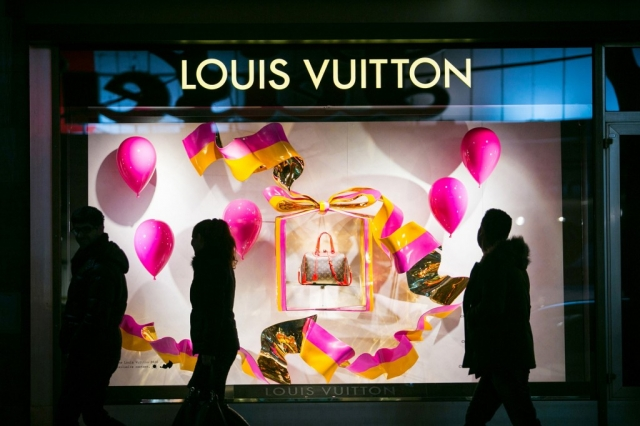 Louis Vuitton window display it's like a candy, with pink and yellow on the wreath, on the balloons and on the sweet bow.