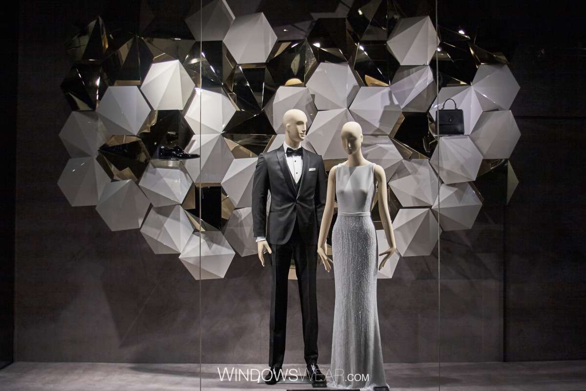 Isn't mandatory to add complicated props for Valentine's day to have an eye-catching window display. Hugo boss has symmetry, geometrical black and white background, very simple and very elegant dressed mannequins.