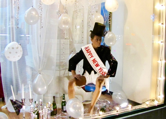 Look at this mannequin from this window display, how hangover it looks after the New Year's Eve party with all those champagnes and balloons.