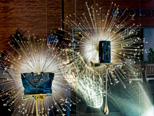 The support for the purses is looking like melted gold, the fire-crackers in the back are giving a plus of sparkle, very appropriate for the New Year's Eve window display.