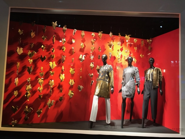 New Year's Eve for this window display means origami, red wall and three mannequins dressed in golden and black & white pieces of clothes.
