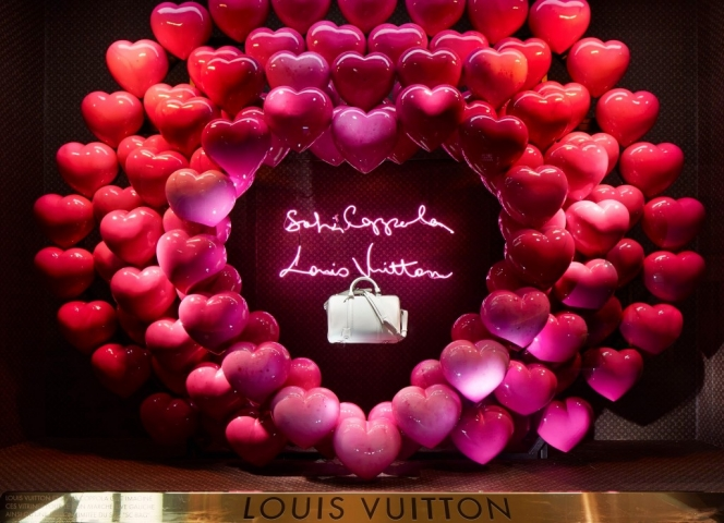 Louis Vuitton surrounded a white purse with lots of pink hearts, creating a heart as a decoration for the window display.