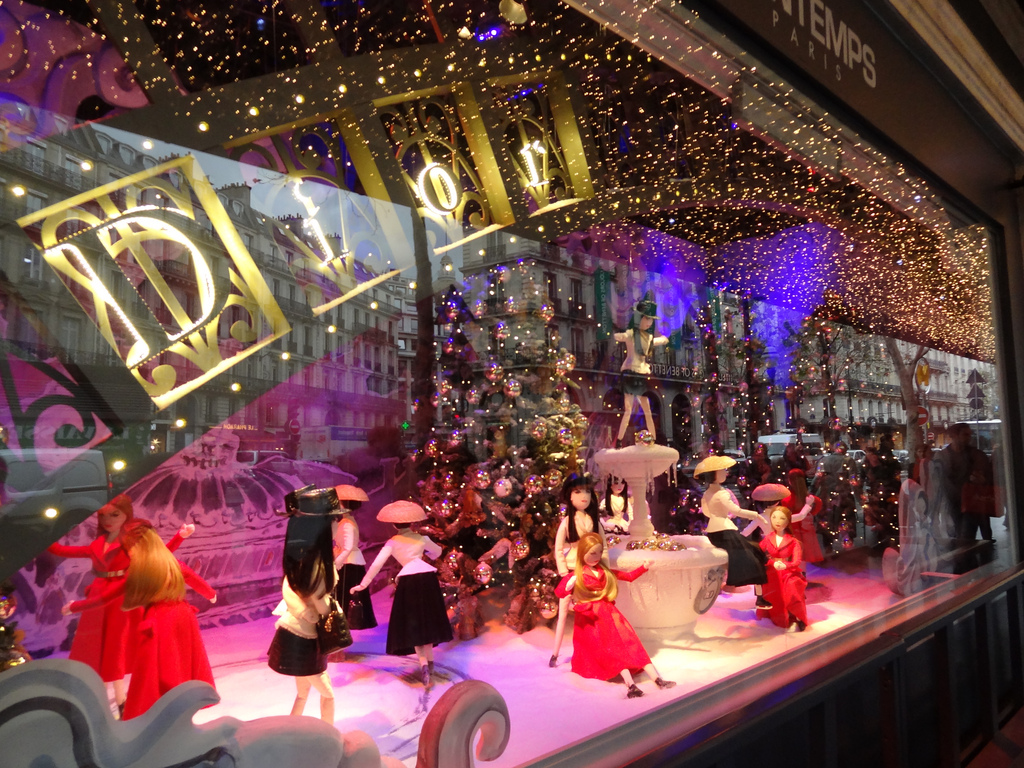 In this New Year's Eve window display, we can see puppets doing different things and one adorned Christmas tree.