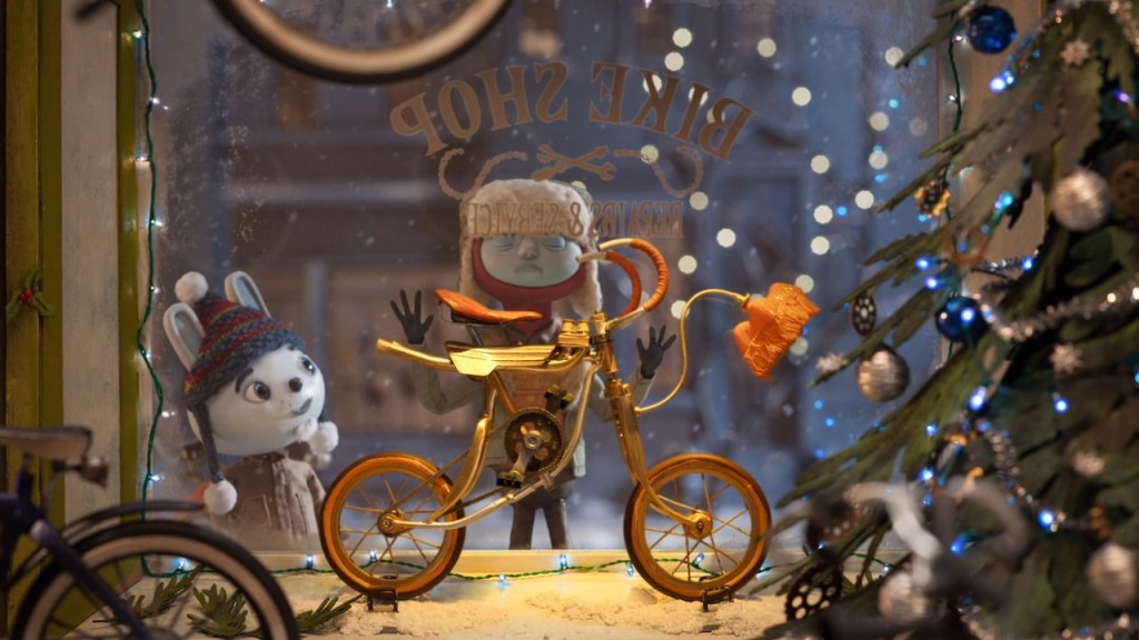 These puppets seem to wish to have that bike exposed in the window display until the New Year's Eve.