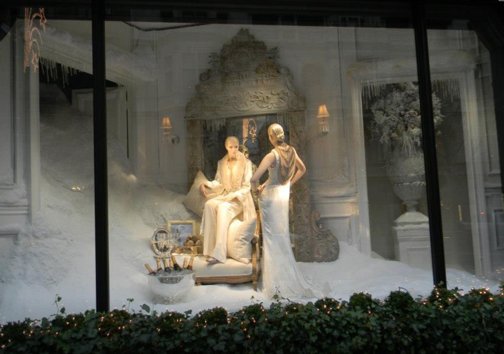 Ralph Lauren surprise us with the elegance of the white decor and it's looking like it's a story to tell, represented in the New Year's Eve window display.