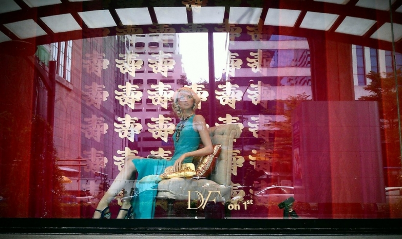 The red background, the golden Chinese letters, are part of the Chinese New Year's Eve decoration. The only element that doesn't fit in this window display, is the blue dress on the mannequin.