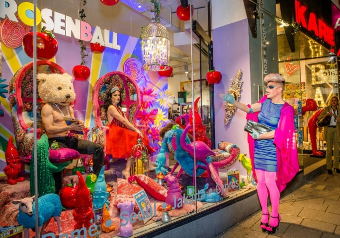 Rosenball store from Austria will have a big party for the New Year's Eve, as we can see by the clothes and the theme presented in the window display.