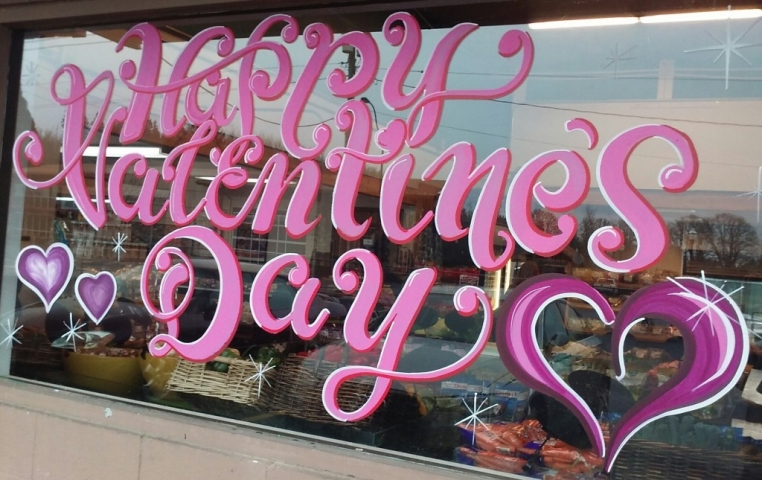 Easy decoration with pink paint on the window display, for Valentine's day.