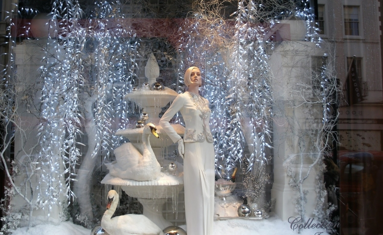 The atmosphere at Ralph Lauren Christmas window display is silvery and iced, in a good combination with the two swans and an elegantly dressed mannequin.