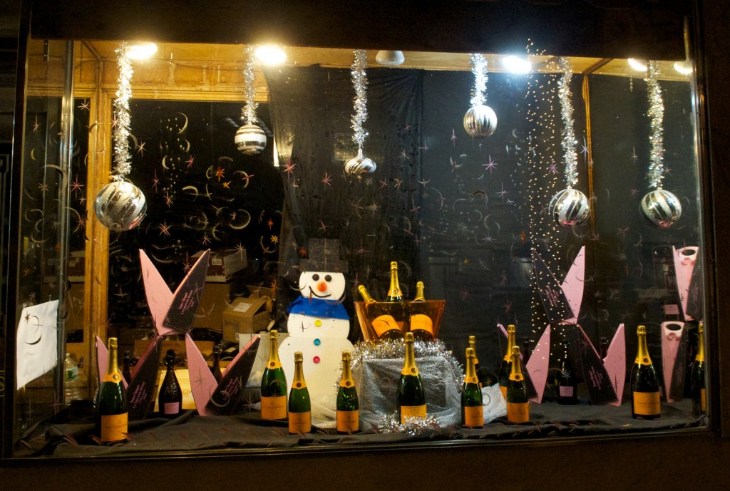 Window display for the New Year's Eve with a snowman and some champagnes, wishing a happy new year!