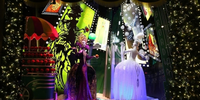 A queen giving an apple to a princess, this must be the snow white theme chosen for the New Year's Eve window display.