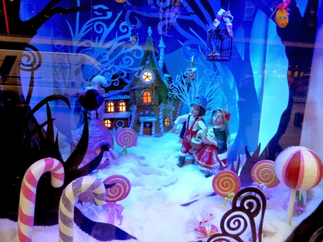 People made of gingerbread, house, made also from gingerbread, so a fairytale of sweets is happening in this New Year's Eve window display.