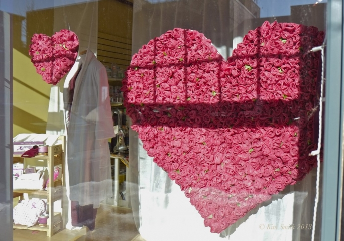 Designed for Valentine's Day, this gorgeous roses hearts presented in the window display will bring lovers attention for sure.